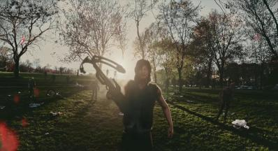 The walking dead our world sortie daryl arbalete